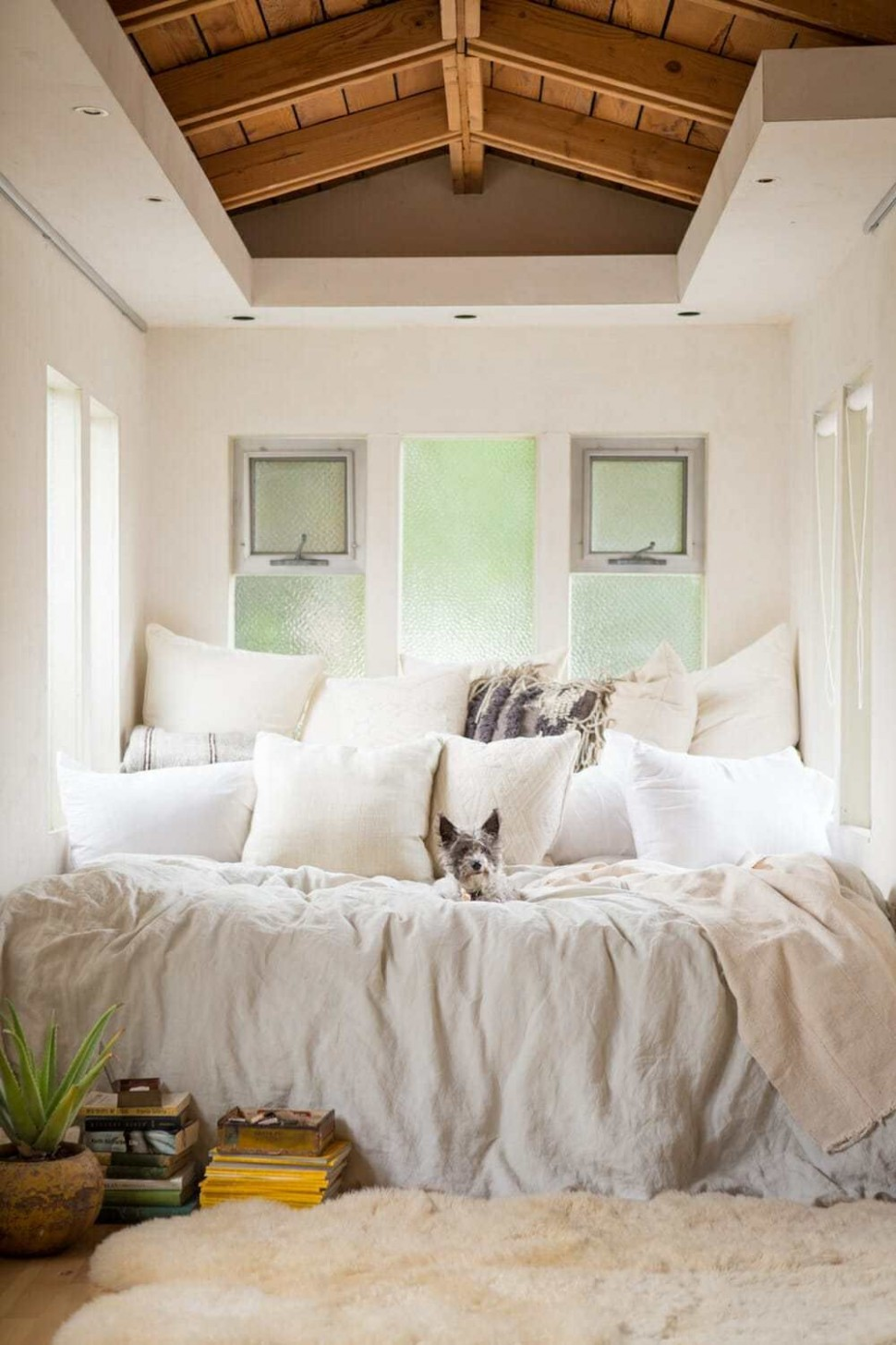 8 Small Bedroom Design Ideas - How to Decorate a Small Bedroom - Small Bedroom Ideas Queen Bed