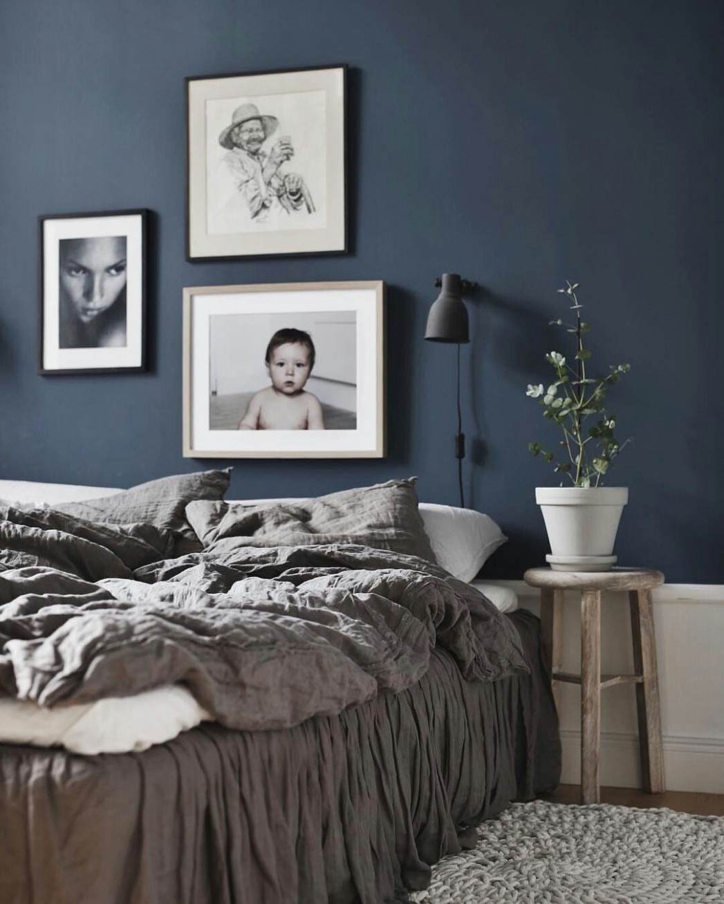 how pretty a really dark color looks in a bedroom