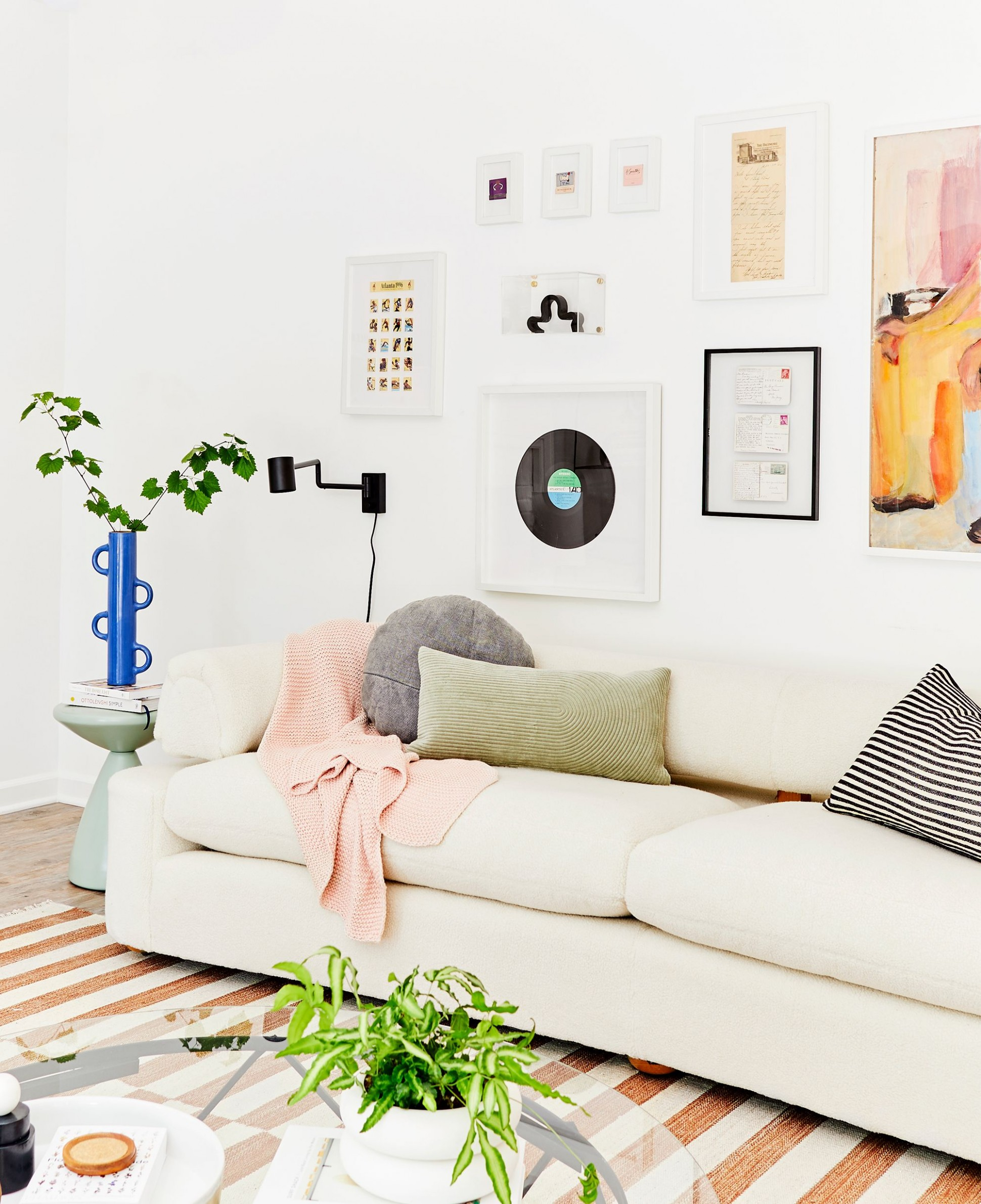 How to Decorate Your First Apartment - First Apartment Decorating  - Apartment Living Room Decor Ideas
