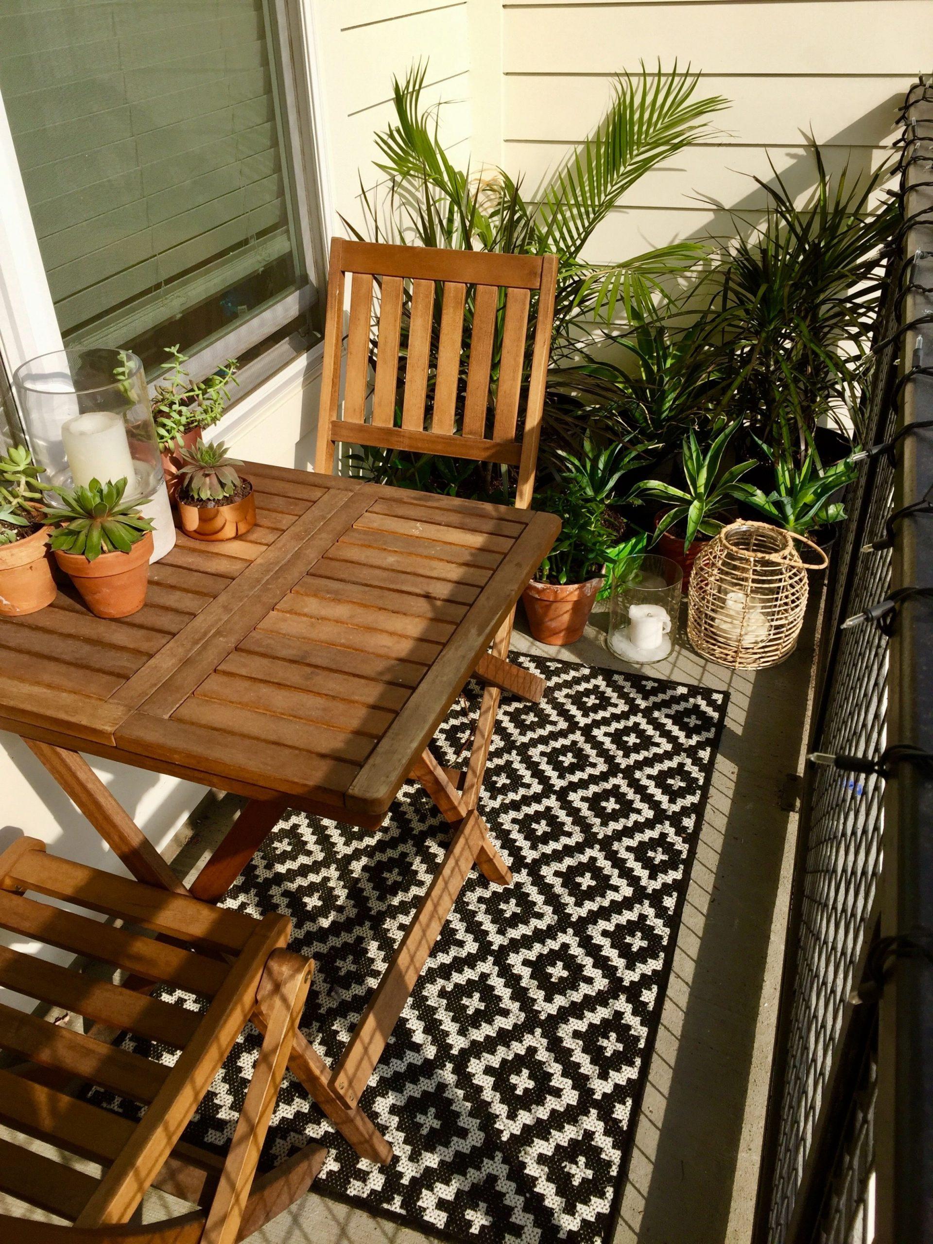 Plantes succulentes et tropicales sont au rendez-vous de ce petit  - Decorating Apartment Balcony Ideas