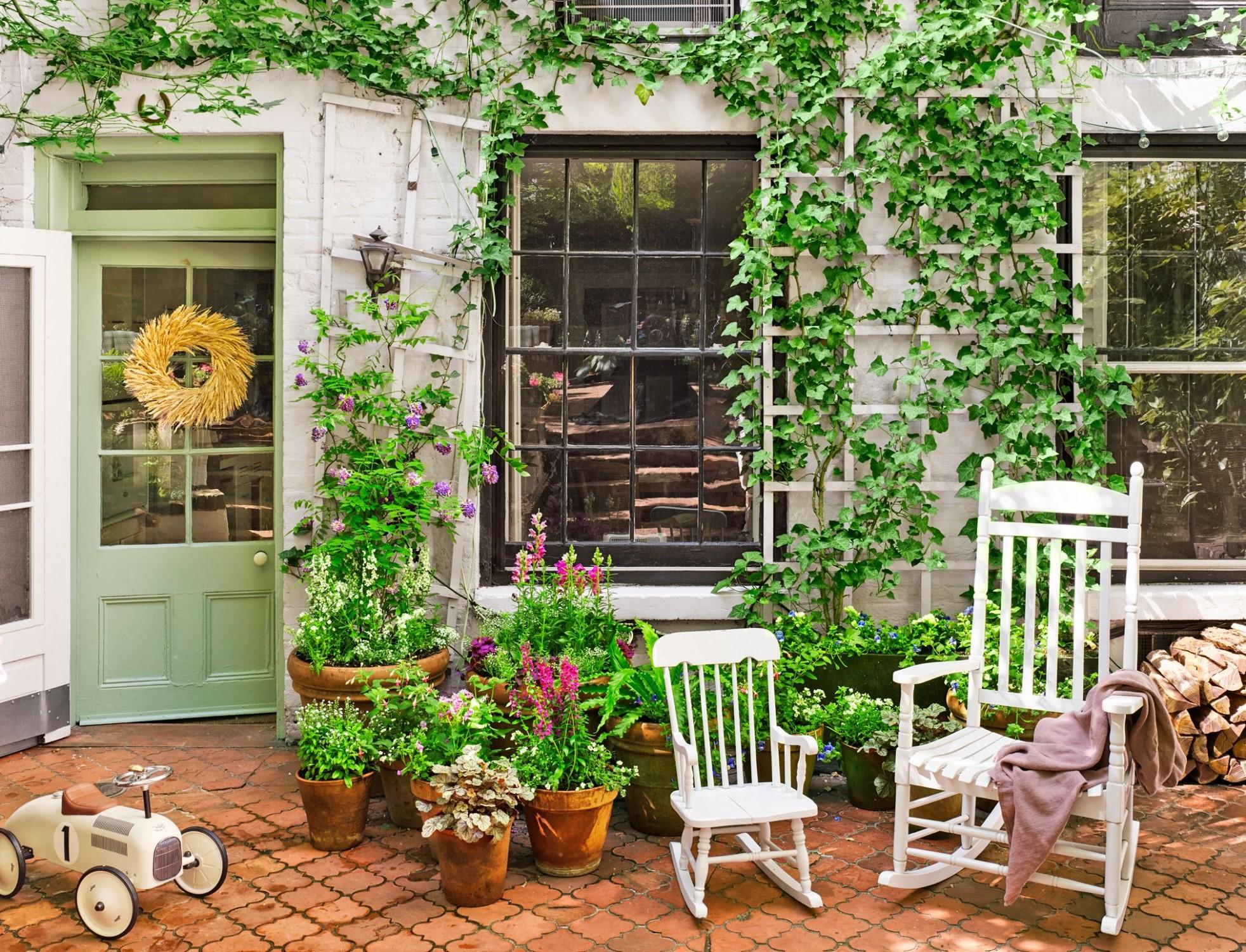 10 Creative Small Garden Ideas - Indoor and Outdoor Garden Designs  - Apartment Yard Design