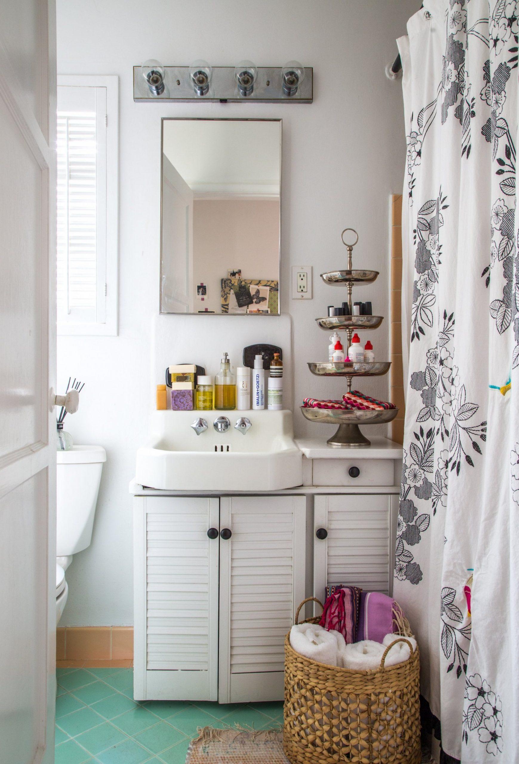9 Best Small Bathroom Decorating Ideas - Tiny Bathroom Layout  - Bathroom Ideas Apartment Therapy
