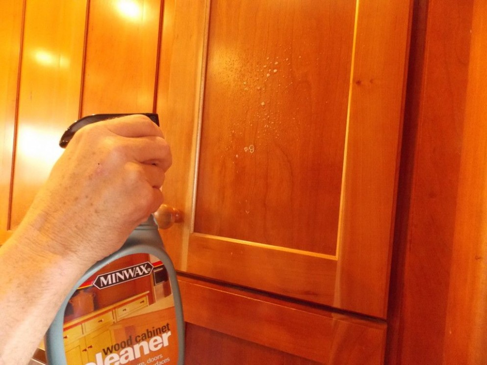 Best Ways to Clean Your Kitchen Cabinets - Dubizoom  Cleaning  - How To Clean And Varnish Kitchen Cabinets