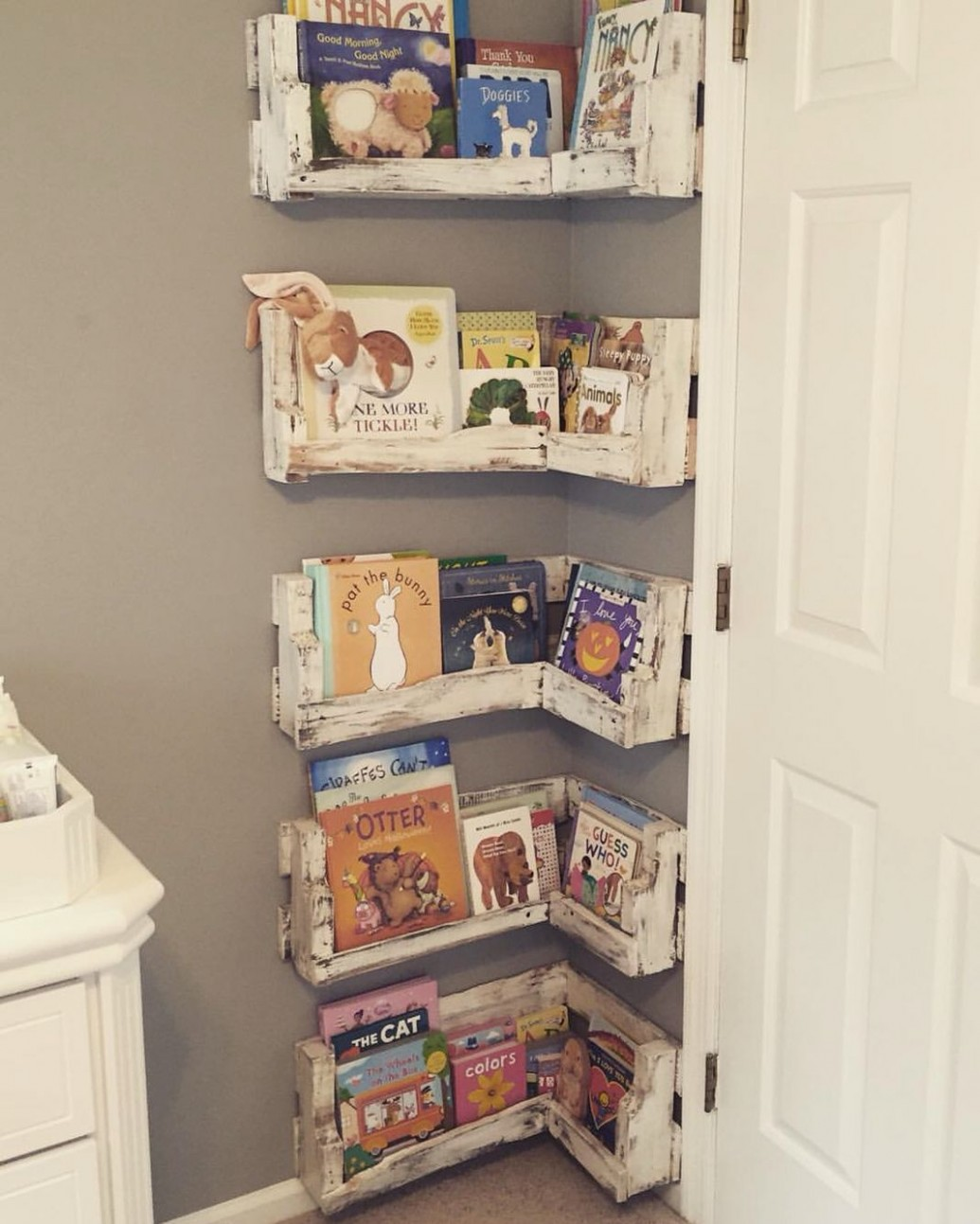 Great for small baby rooms! DIY Pallet Board Bookshelf for Nursery  - Baby Room Bookcase