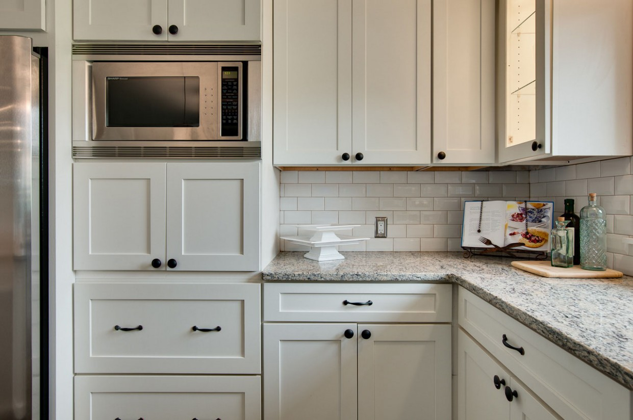 Learn How to Place Kitchen Cabinet Knobs and Pulls - CliqStudios - How Do You Install Kitchen Cabinet Pulls